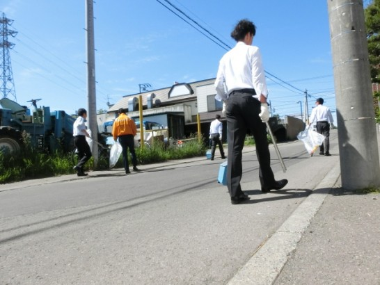ダイハツキャストに負けないくらい地域清掃をするスズキ南郷通り店のキャスト達。